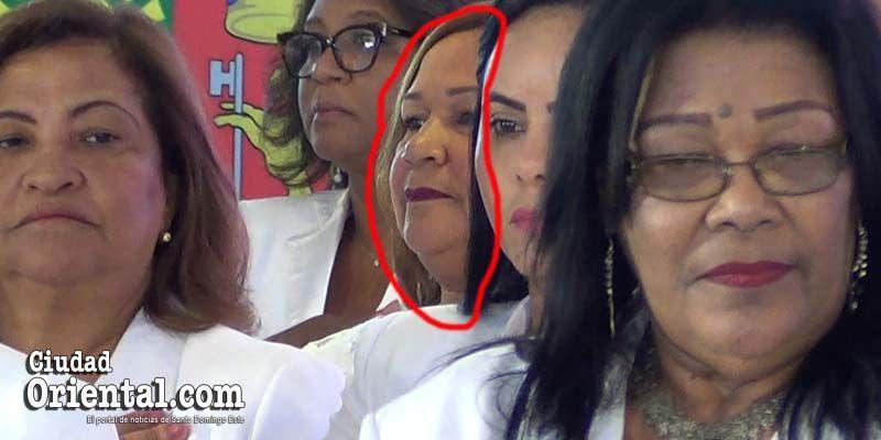 """Photo of Bernarda Aracena """"se coló"""" entre los regidores, pero no se atrevió a entrar a la Sala Capitular"""
