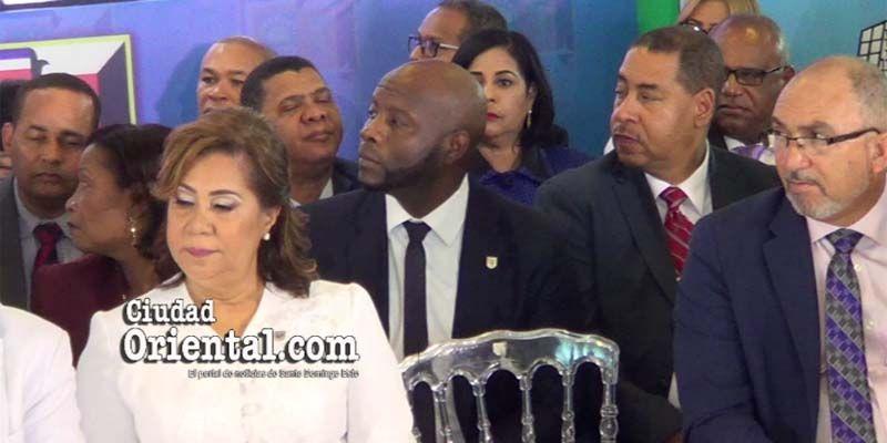 Photo of Vea el inquietante comportamiento de este funcionario cuando Alfredo Martínez daba su discurso + Vídeo