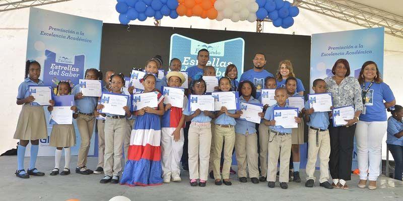Photo of Estudiantes reconocidos y más de 2,300 kits escolares entregados a través de Estrellas del Saber de Gildan