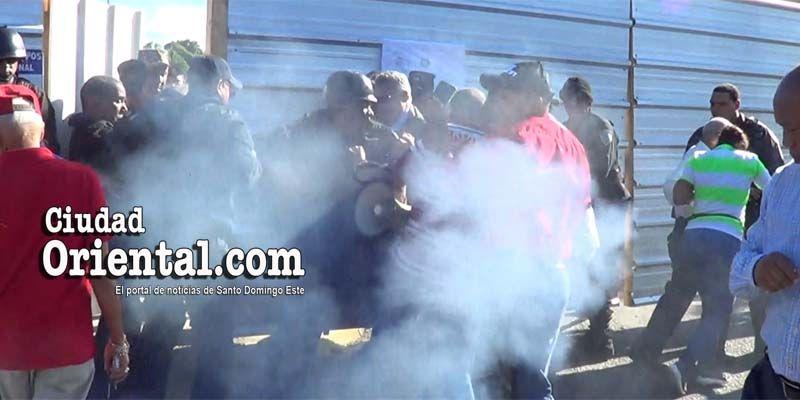 Photo of Al menos tres regidores y una diputada rociados con gases lacrimógenos por PN en el parque del Este