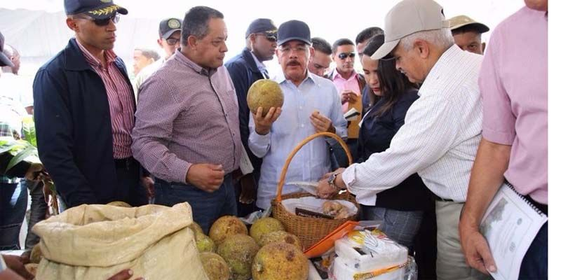 Photo of Danilo Medina visita Yamasá; se reune con socios de COOPBIEN