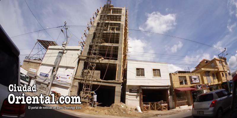 Photo of Ysidro Romano permite construcción edificio de siete niveles sin un solo estacionamiento en el centro de Los Mina