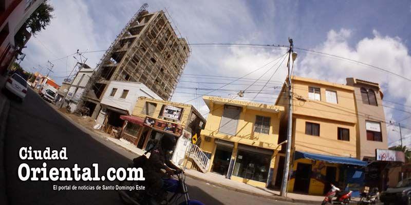 """Photo of Regidor César Fortuna tacha de """"muy grave"""" construcción de edificio sin estacionamientos en Los Mina"""