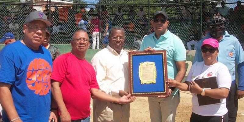 Photo of Abren Torneos de Softbol y Baloncesto Añejo Juegos de Los Mina en San Luis
