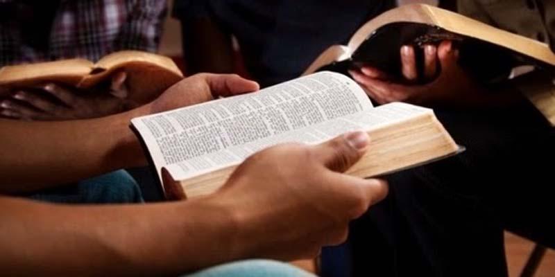 """Photo of Despilfarro """"en el nombre de Dios"""": El Cañero gastó 900 mil pesos en 200 biblias para regalar a pastores evangélicos"""