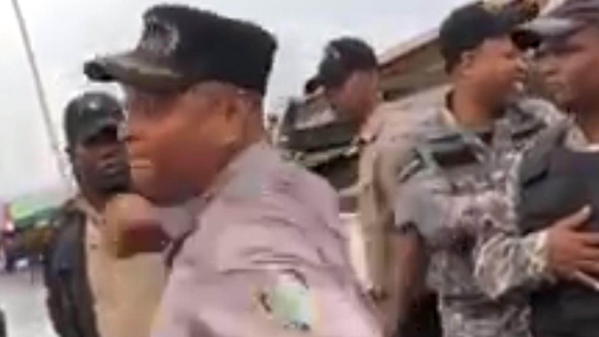 """Photo of Se vuelve viral vídeo del teniente coronel Madé golpeando a un hombre que tacha de """"ladrones"""" a los policías"""