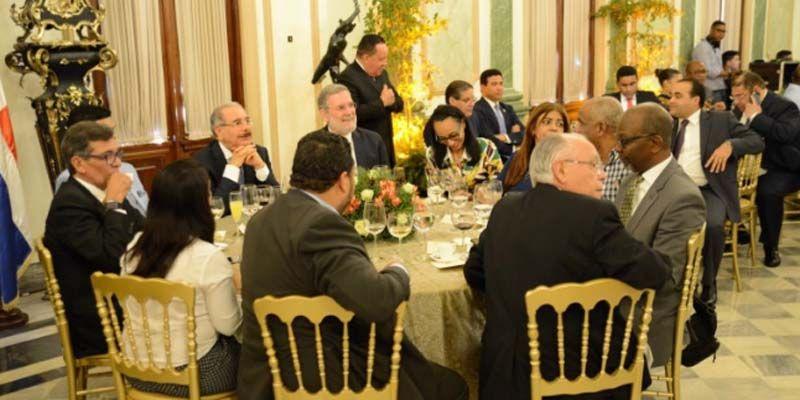 Photo of El Presidente Medina comparte con dueños de medios digitales y programas de Radio y TV