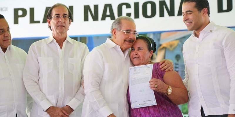 Photo of Danilo Medina entrega 1,075 títulos definitivos de propiedad a parceleros de El Pino, Dajabón