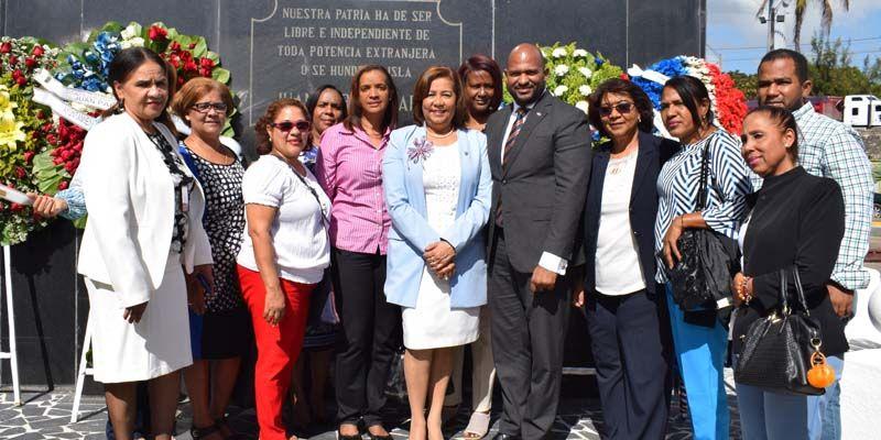 Photo of Regional 10 de Educación deposita ofrenda floral en busto al patricio Juan Pablo Duarte