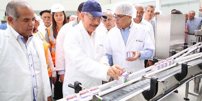 Photo of Danilo Medina entrega a ganaderos de Hato Mayor procesadora de lácteos, frutas y néctares, acordada en Visita Sorpresa
