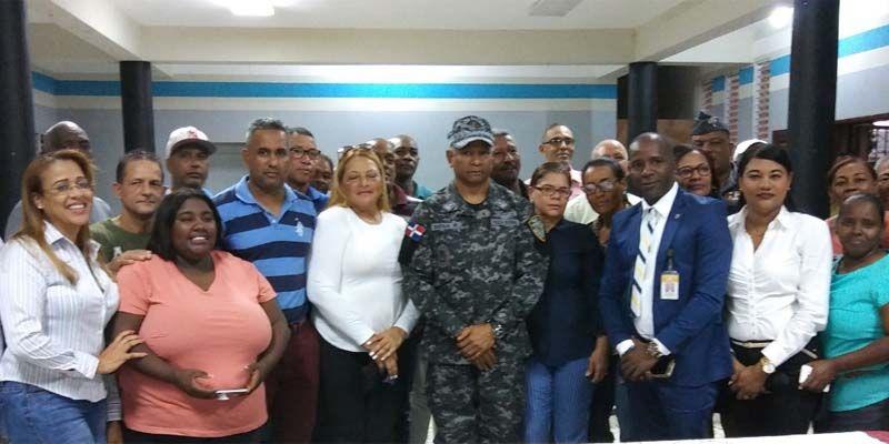 Photo of General Sena Rojas se reúne con líderes comunitarios de Los Mameyes y Villa Duarte