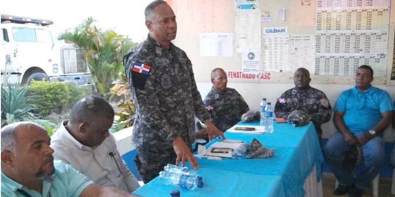 El general Sena Rojas durante una reunión con comunitarios de SDE