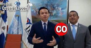 Zhang Run, Embajador de la rep{ublica Popular China en RD, (i) y Alejandro Herrera, Director del IDAC