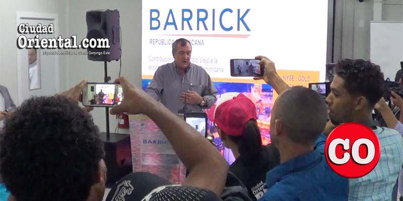 El Presidente Ejecutivo de la Barrick Gold Corporation durante su conferencia de prensa en la sede de Barrick Gold Pueblo Viejo