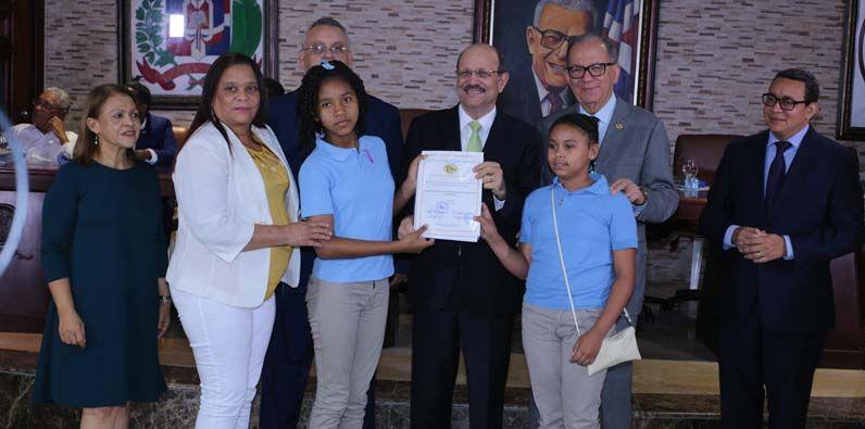 Photo of INABIE e IDECOOP entregan certificaciones a 40 Cooperativas Escolares