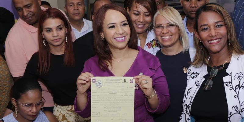 Karen Ricardo tras inscribir su pre candidatura a la alcaldía de SDE