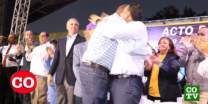 Alfredo Martínez y Luis Alberto se abrazan