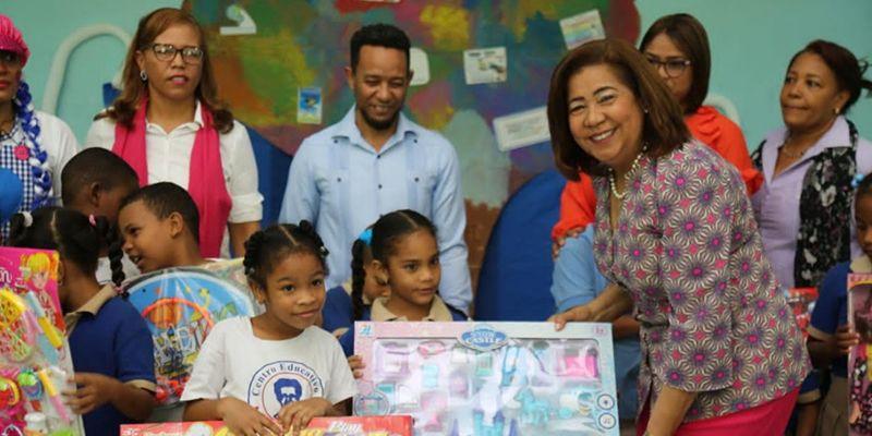 Photo of Jacinta Estévez entrega juguetes a niños especiales de las escuelas de la circunscripción uno de SDE