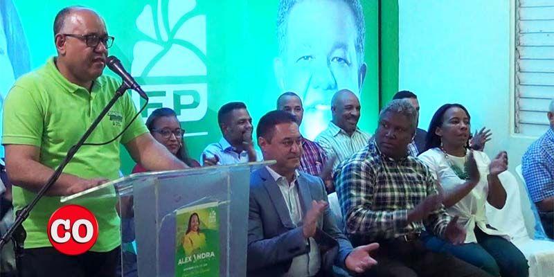 Joaquín Hilario da un discurso en presencia de dirigentes y miembros de la Fuerza del Pueblo