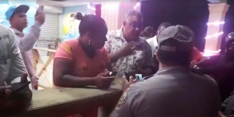 El Poly conversa con los policìas de anti ruidos