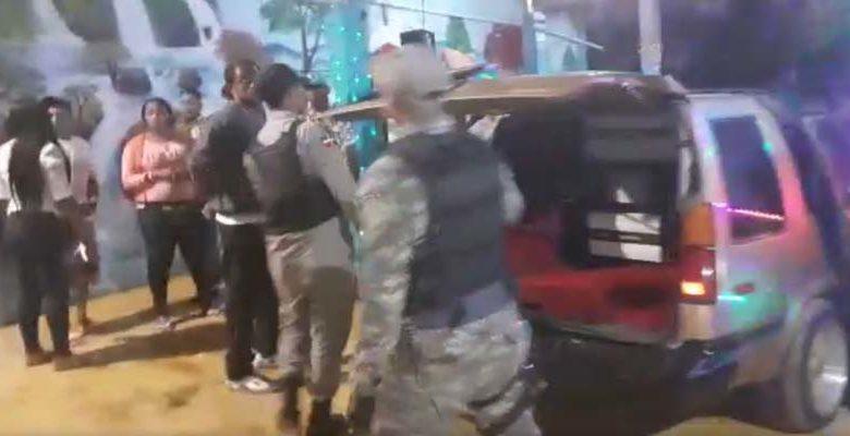 Policías alrededor de uno de los vehículos con potentes equipos de sonido en el establecimiento de El Poly