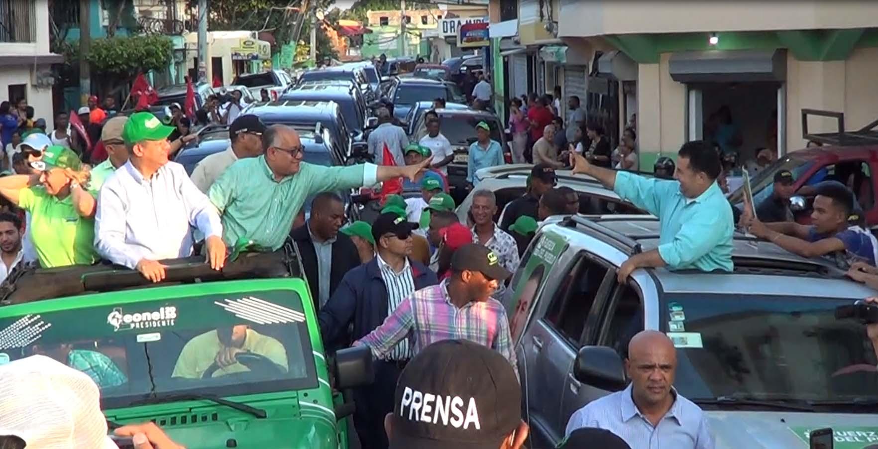 Joaquín Hilario y Daneris Santana se saludan en forma efusiva