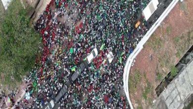 """Photo of A vista de """"drone"""" asistencia de manifestantes frente a la Puerta del Conde a la llegada de Leonel"""