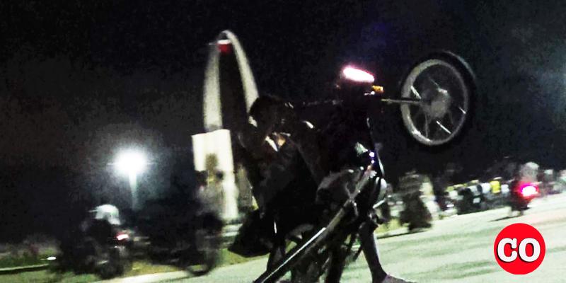 """Un motorizado """"calibra"""" su vehículo en la cima de la Plaza de la Bandera la noche del sábado 22 de febrero"""
