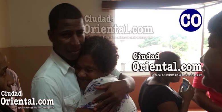 Rodolfo Fernández Caba, abrazado por su madre.