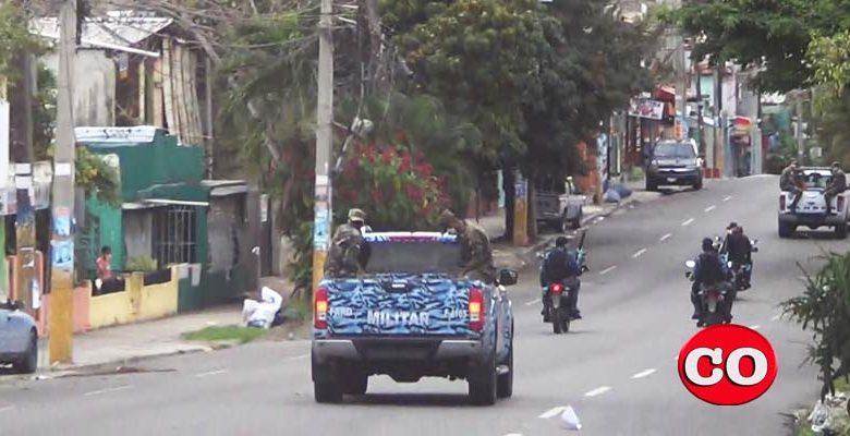 Soldados patrulla en la avenida 25 de Febrero, en Villa Duarte, el 27 de Marzo de 2020