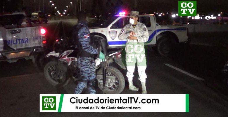 Soldados en la cabeza oriental delpuente Francisco del Rosario Sánchez bloquea el paso de vehículos durante el toque de queda