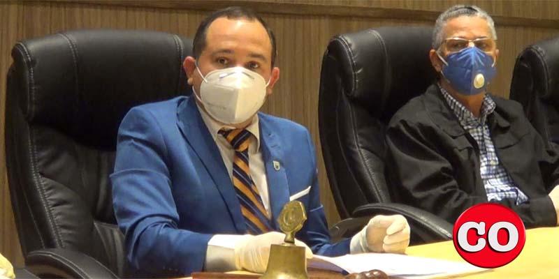 Franklin Marte, (i), Presidente del Concejod e Regidores, y el alcalde Manuel Jiménez (Foto de archivo)