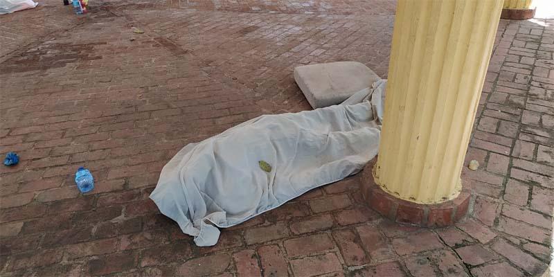 El cadáver fue cubierto con una sábana por vecinos