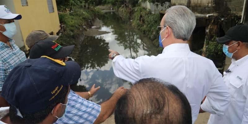 Luis Abinader y vecinos de Hato Mayor junto a una cañada