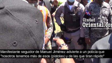 Momento en que un seguidor del alcalde manuel Jiménez advierte a la Policía sobre el uso de armas
