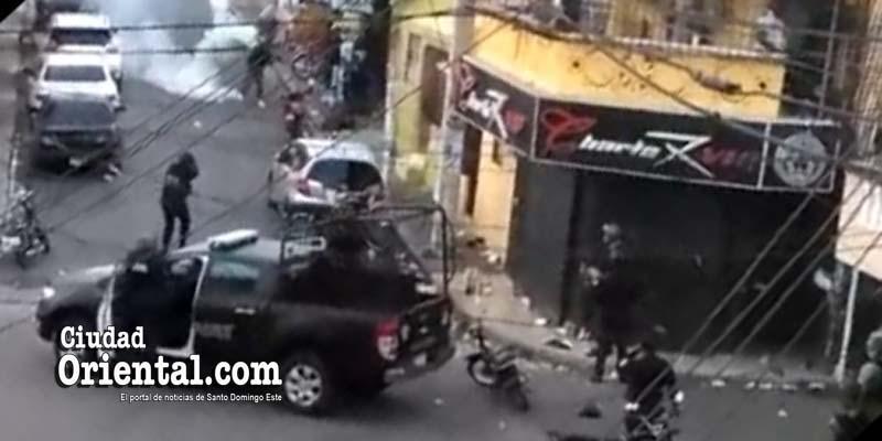 Un vecino de Vietnam le devuelve a la Policía una granada de gases lacriógenos/ Captura de pantalla