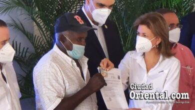 La vice presidenta Raquel Peña le entrega a Mario Boyer su certificado de afiliación al SENASA