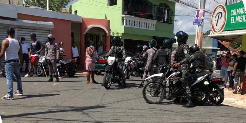 Una patrulla policial en Los Mina Norte poco antes del inicio del toque de queda