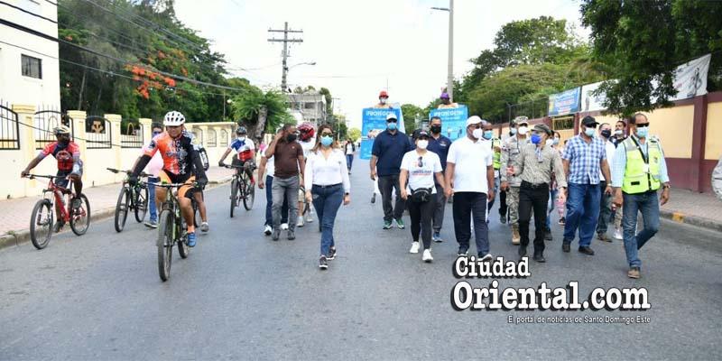 Manuel Jiménez y otros funcionarios caminan por la Sabana Larga sin tránsito