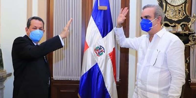 Porfirio Peralta al momento de ser juramentado en el cargo por el presidente Abinader, quien lo suspendió hoy.