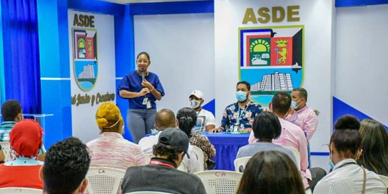Funcionarios del ASDE explican a los promotores el proyecto del alcalde Manuel Jiménez