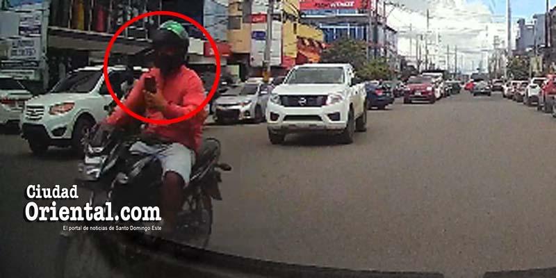 Este motorista observa despreocupado su teléfono mientras conduce su vehículo en la avenida Venezuela