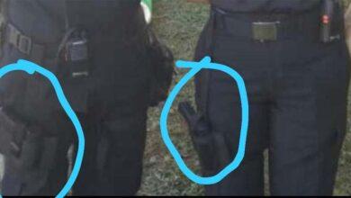 Miembros de uno de los grupos paramilitares usan uniformes y portan armas de fuego al cinto