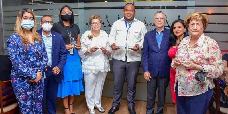 Tres funcionarios no siguieron el mal ejemplo del alcalde Jiménez. Usaron sus mascarillas para prevenir contagios