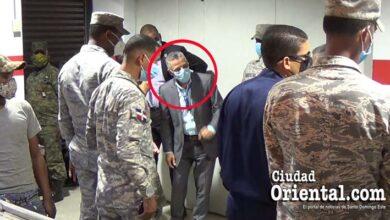 Manuel Jiménez protegido por militares durante una de sus visitas al mercado de Ciudad del Almirante.