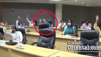 Robert Arias, en el círculo rojo, vota por el reglamento que fija los 22 mil pesos de compensación a los regidores del ASDE