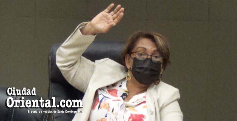 Rosa Güilamo, regidora por el partido Frente Amplio, vota en una de las sesiones. Aunque no votó por la subida de 22 mil pesos mensuales, no se opuso y recibriá la misma cantidad de dinero que el resto de sus colegas.-