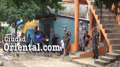 Policías colocados en una de las salidas del Muro de la Vergüenza