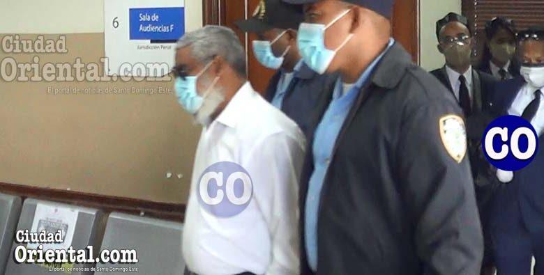 El abogado Valentín Torres Féliz en custodia, detrás, sus abogados.