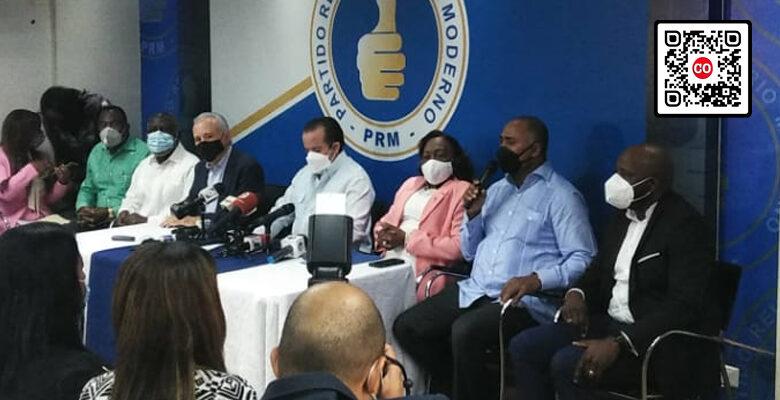 La ex peledeísta Carmen Suárez, con chaqueta rosada, es recibida en el PRM. En el extremo derecho, su hijo Guillermo Castro Suárez